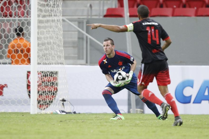 Atuações: Paulo Victor falha e salva; Ederson joga bem e Guerrero marca de novo