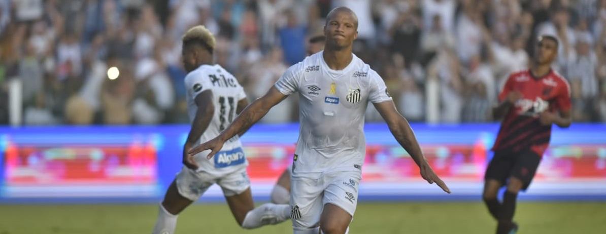 VAR inventa pênalti, evita derrota do Santos e diminui vantagem do Flamengo no topo do Brasileirão
