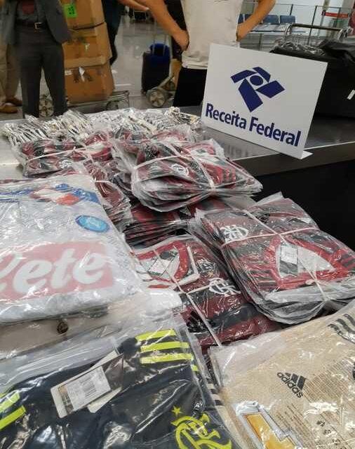 Receita apreende cerca de 200 camisas falsas do Flamengo; material será destruído
