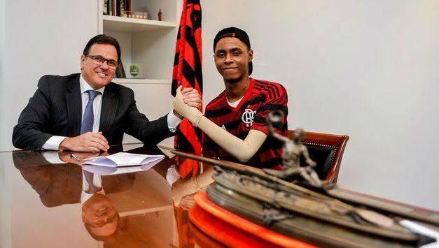 Sobrevivente da tragédia no Ninho, zagueiro assina primeiro contrato profissional com o Flamengo