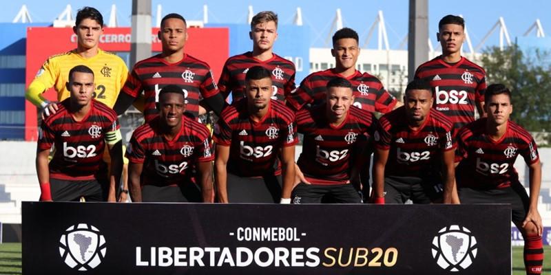 jogadores do flamengo sub20 posam para foto
