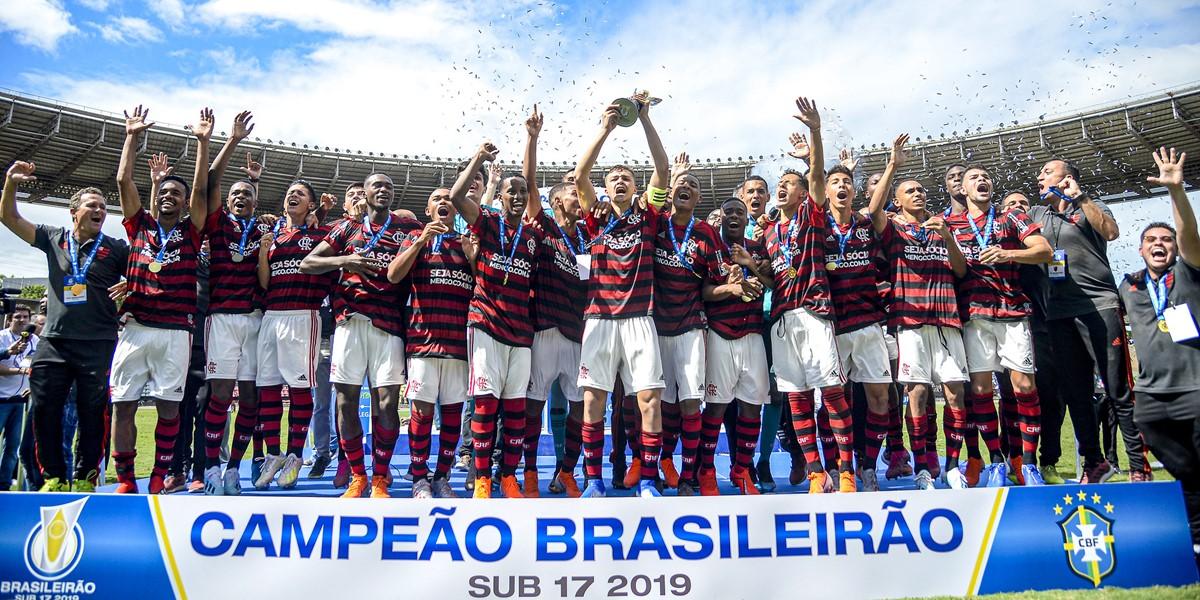 jogadores do flamengo comemoram título do brasileirão sub-17