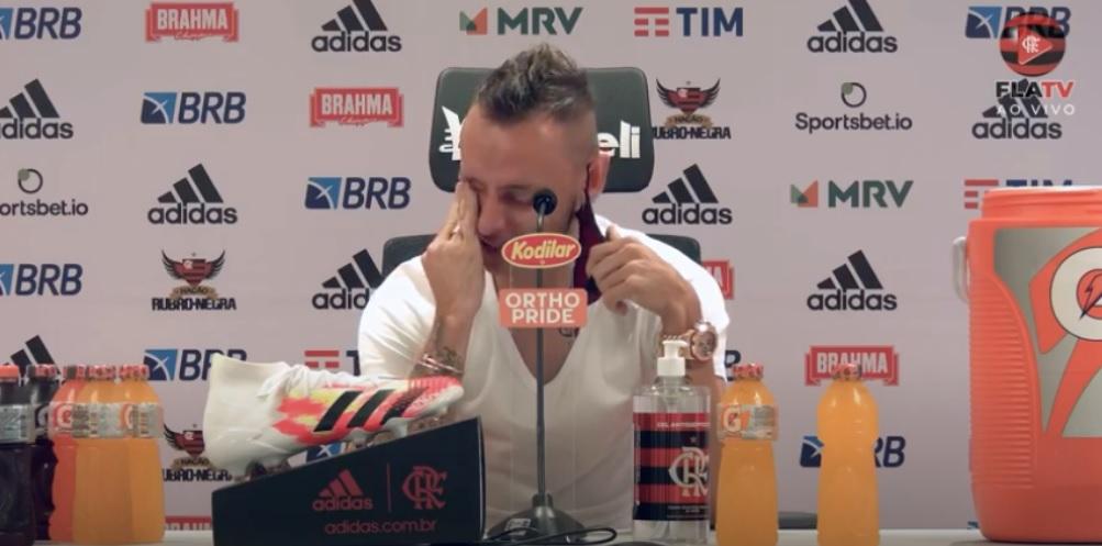 Rafinha chora em despedida do Flamengo e não descarta voltar um dia