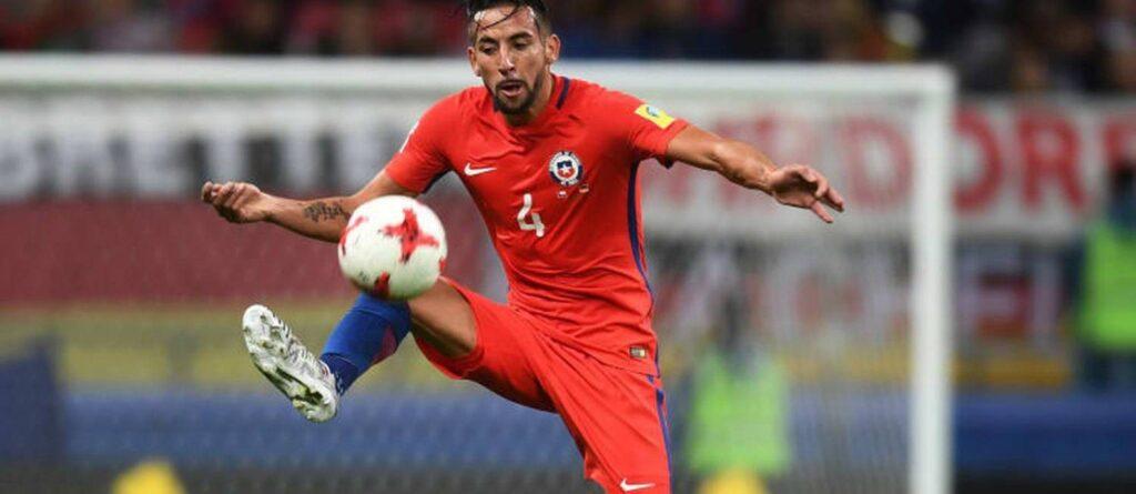isla atuando pela seleção chilena