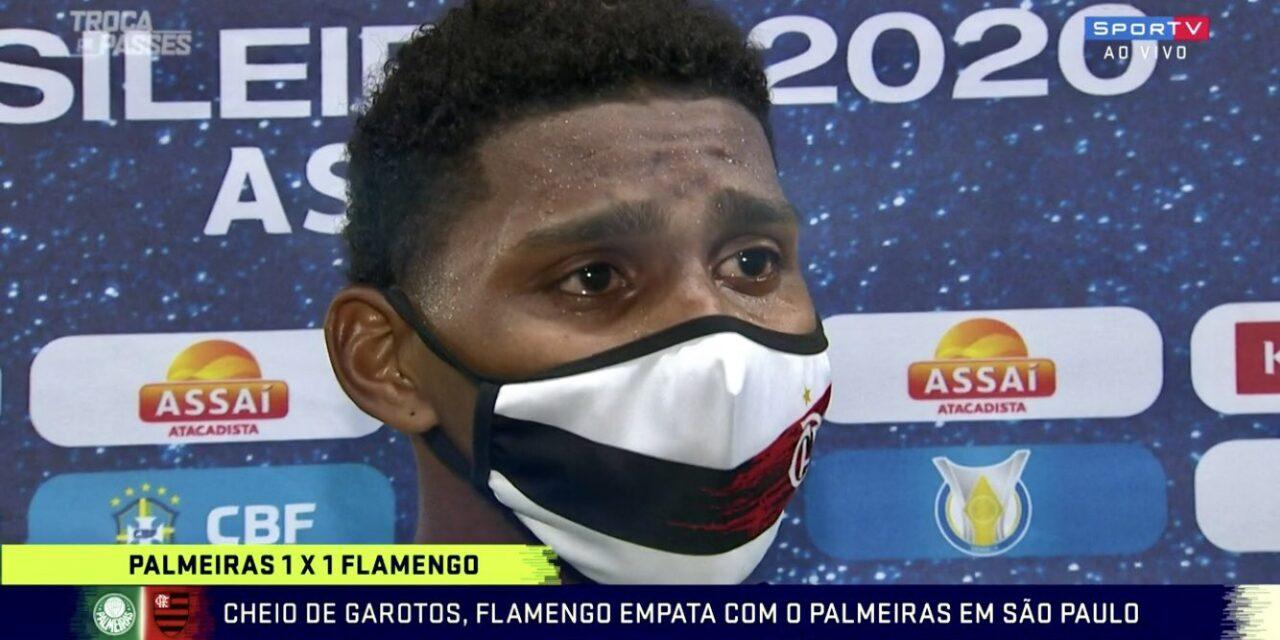 Craque do jogo, Hugo Souza comemora e chora ao lembrar do pai; assista