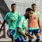 Gerson e Bruno Henrique durante treino.
