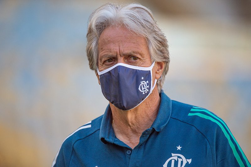 Jesus diz que não pediu, mas analisaria proposta se Flamengo oferecesse jogadores ao Benfica