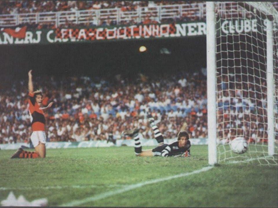 Zico fazendo o primeiro gol da vitória do Flamengo por 5x1 para cima do Corinthians