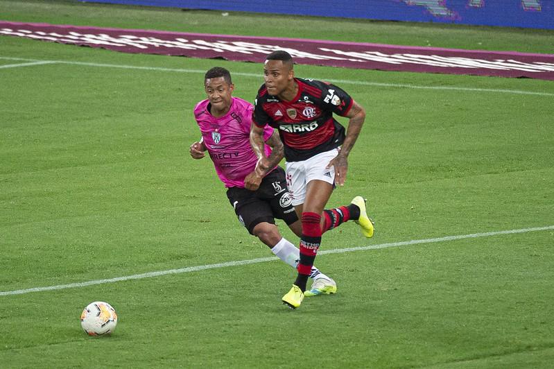 Flamengo prepara renovação de jovem zagueiro cria da base