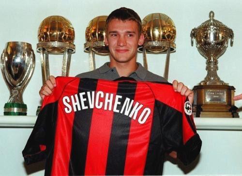 Shevichenko apresentado no Milan com as taças dos Mundiais ao fundo