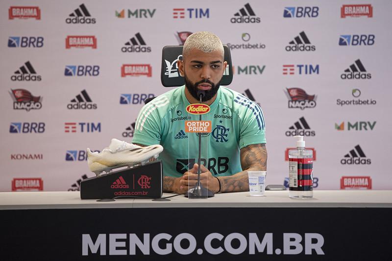 """Durante coletiva de imprensa, Gabigol respondeu ainda sobre """"falta de comando"""" dentro do clube e a briga pelo título do Campeonato Brasileiro"""