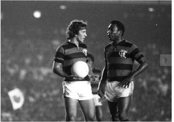 Pele veste camisa do Flamengo e joga ao lado de Zico