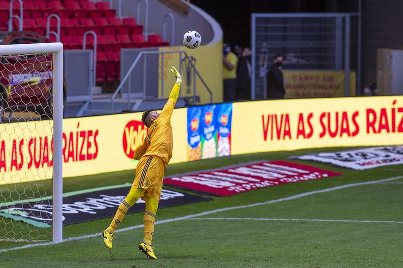 Diego Alves pega três pênaltis contra o Palmeiras na Supercopa