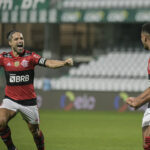 Flamengo e Coritiba - Diego comemora com Rodrigo Muniz