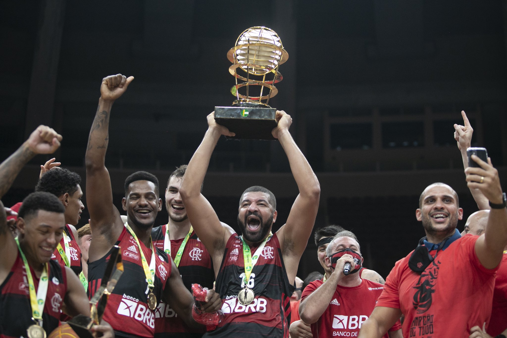 Jogadores do Flamengo levantando o troféu do NBB